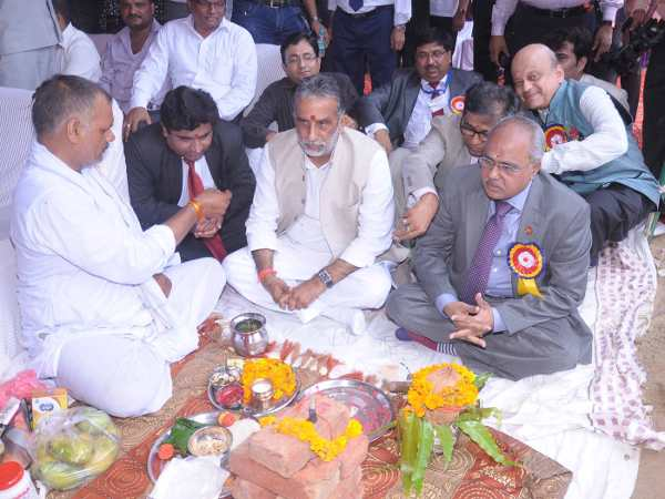 Shri Krishan Pal je at the pooja moment with ICSE President & Faridabad
